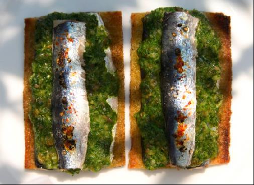 Sardines posées sur un pain de mie, beurre de Montpellier